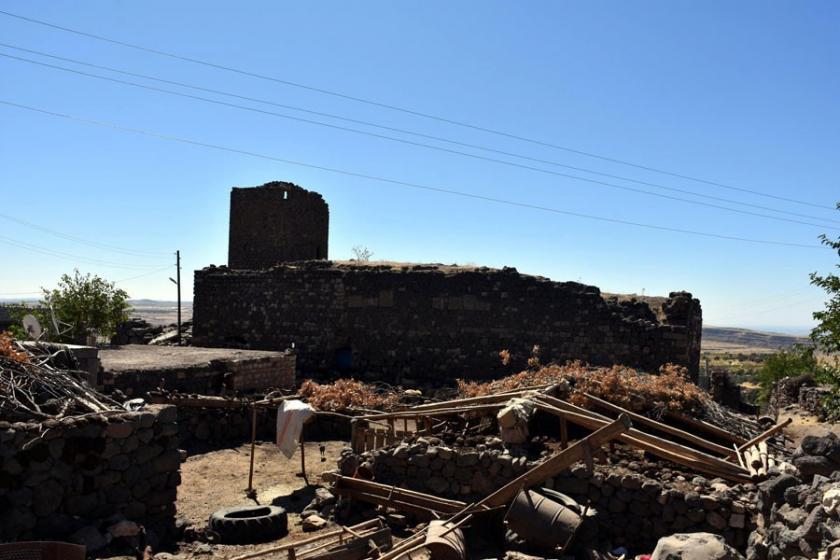 3 bin yıllık Dermetina Kalesi, samanlık olarak kullanılıyor!