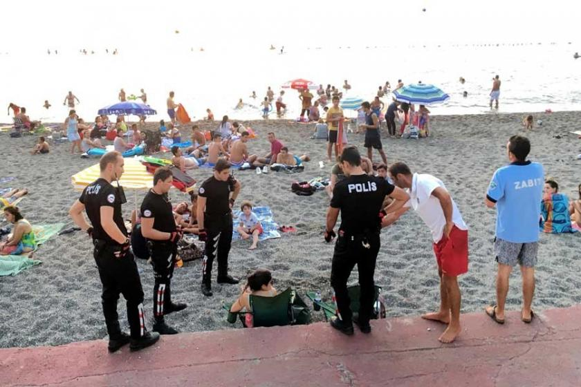Plajda bira içen iki kadına kesilen para cezası iptal edildi