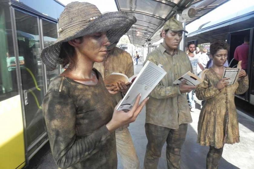 Metrobüste 'Kitap okuyan heykel' duruşu