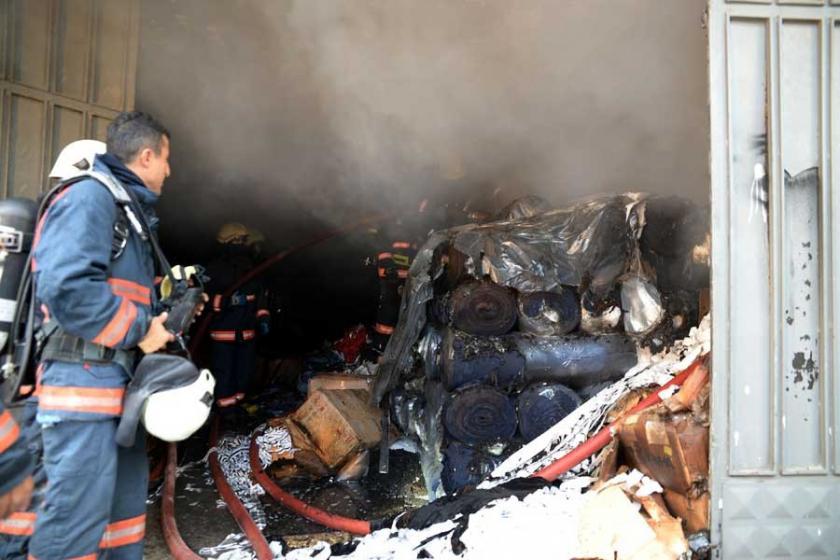 Sultangazi'de kumaş deposunda yangın çıktı