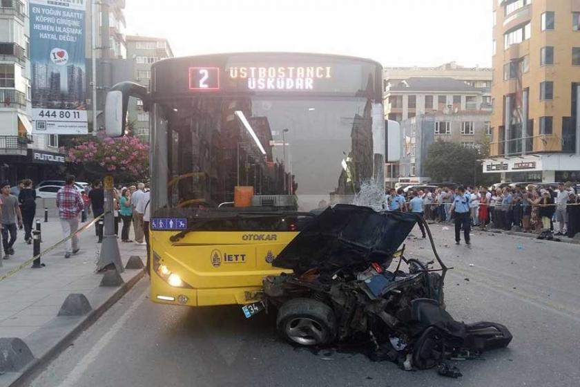 Kadıköy'de otomobil otobüsün altına girdi: 1 ölü, 3 yaralı