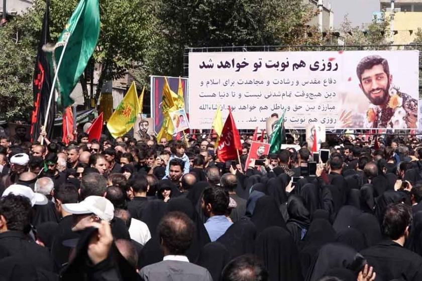 İran'da IŞİD'in katlettiği askere görkemli tören