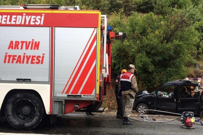 Şavşat'ta kaya kütlesi aracın üzerine düştü: 3 ölü, 1 yaralı