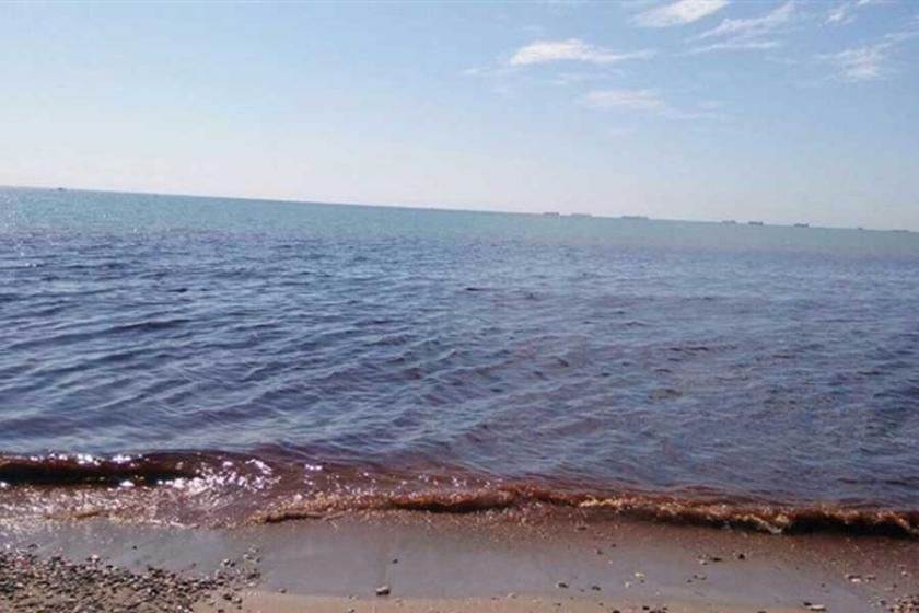 Mersin'de Fabrika atıkları denizin rengini değiştirdi