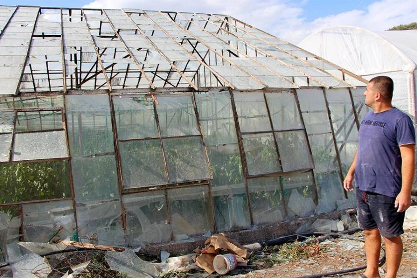 Kumluca'da hortum seralara zarar verdi