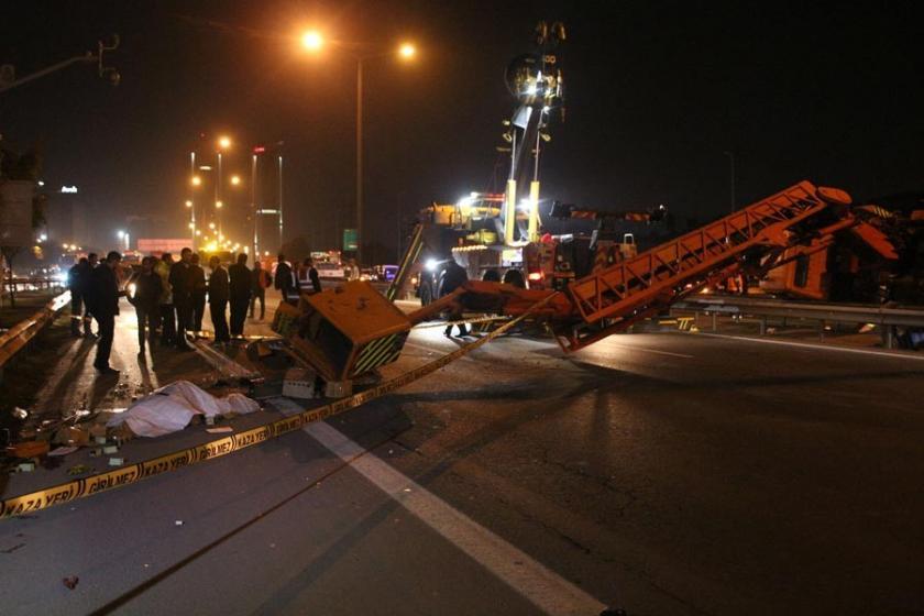 TEM Otoyolu'nda vinç devrildi: 1 işçi hayatını kaybetti
