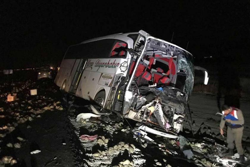 Yolcu otobüsü kamyona çarptı; 1 ölü, 20 yaralı