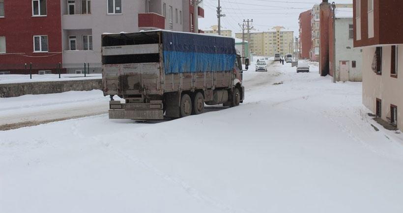 Erzurum'da köy yolları kardan kapandı