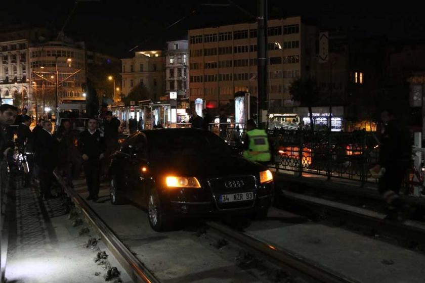 Karaköy'de otomobil tramvay yoluna girdi