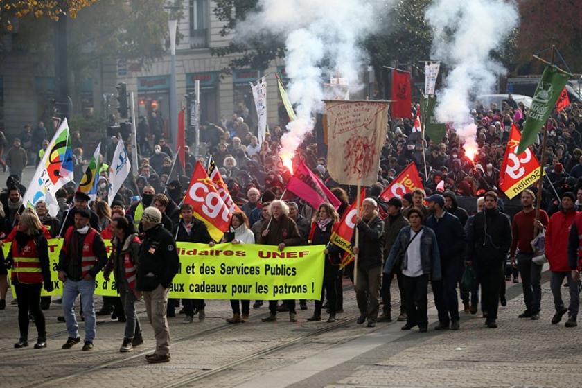 Paris'te on binler Macron'un yeni iş yasasını protesto etti