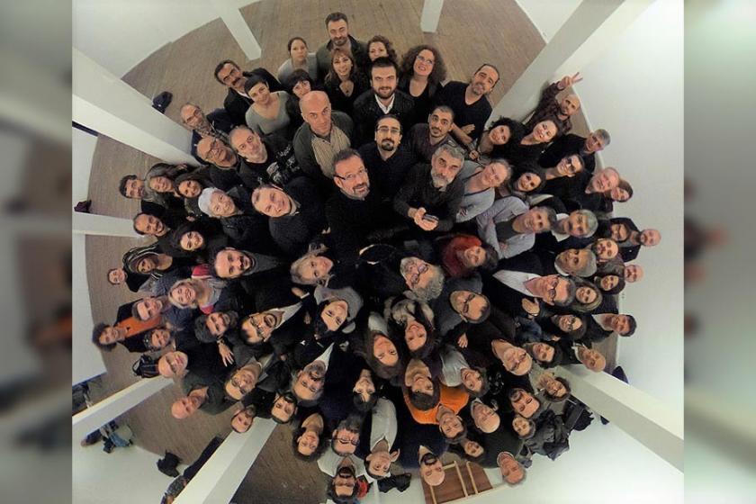 Meslektaşları, içerideki gazetecilerin yeni yılını kutladı