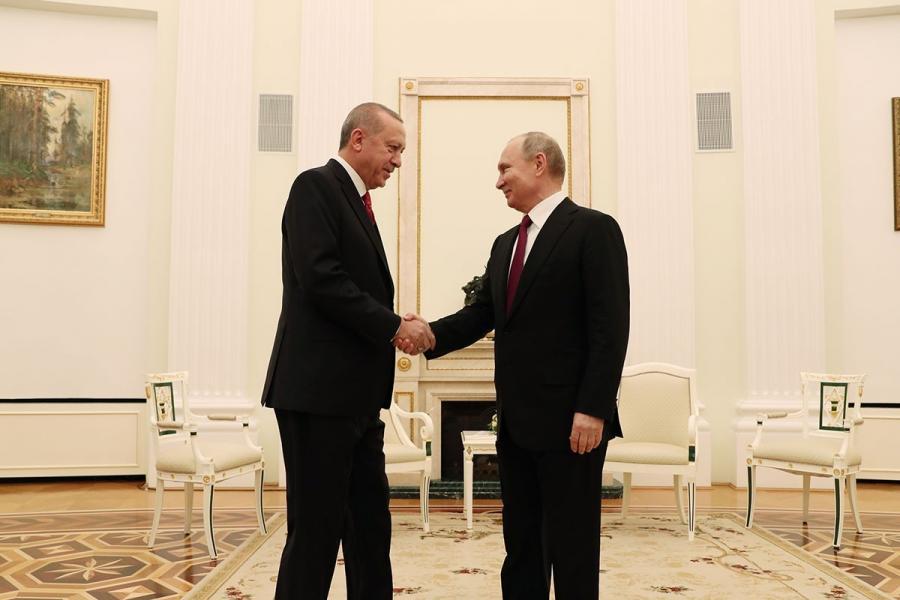 Turkish President Tayyip Erdoğan (left) and Russian President Vladimir Putin (right) are hand shaking.