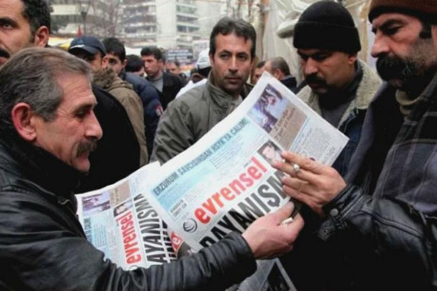 Workers reading Evrensel