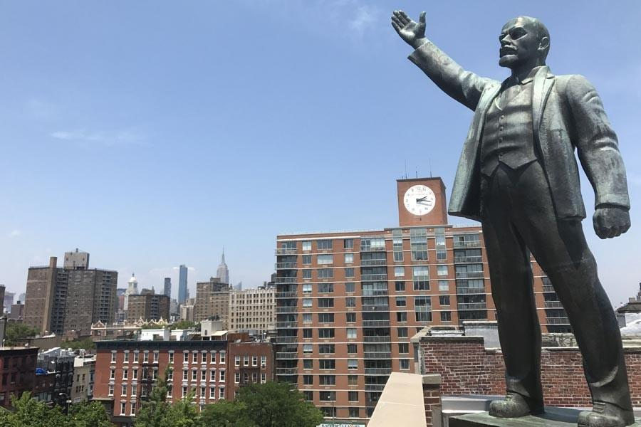 Lenin waves his hand at the heart of the financial world