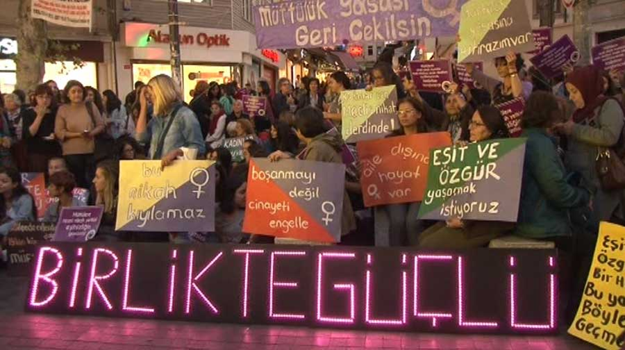 Kadınlar Kadıköy'de müftülere nikah yetkisini protesto etti (Fotoğraf: DHA)
