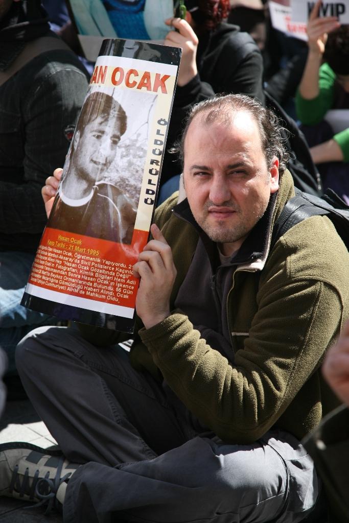 Ahmet Şık, Hasan Ocak fotoğrafıyla (Fotoğraf: Polat Çağlayan)