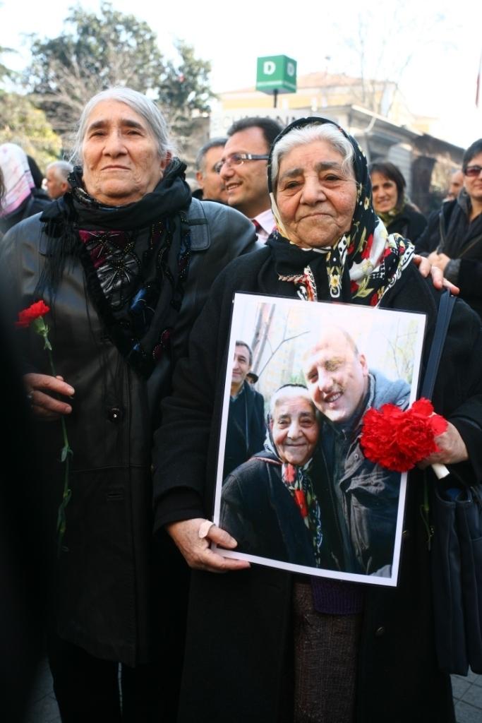 Emine ve Fadime Analar Ahmetin fotoğraflarıyla (Fotoğraf: Özcan Yaman)