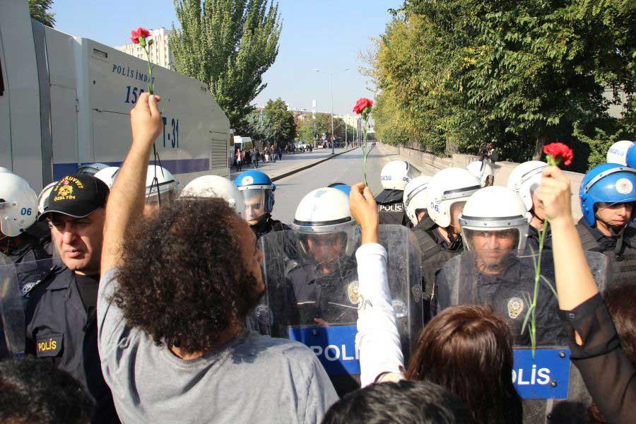 10 Ekim Ankara Katliamı'nın birinci yıl dönümünde yapılmak istenen anmaya polis saldırmıştı.