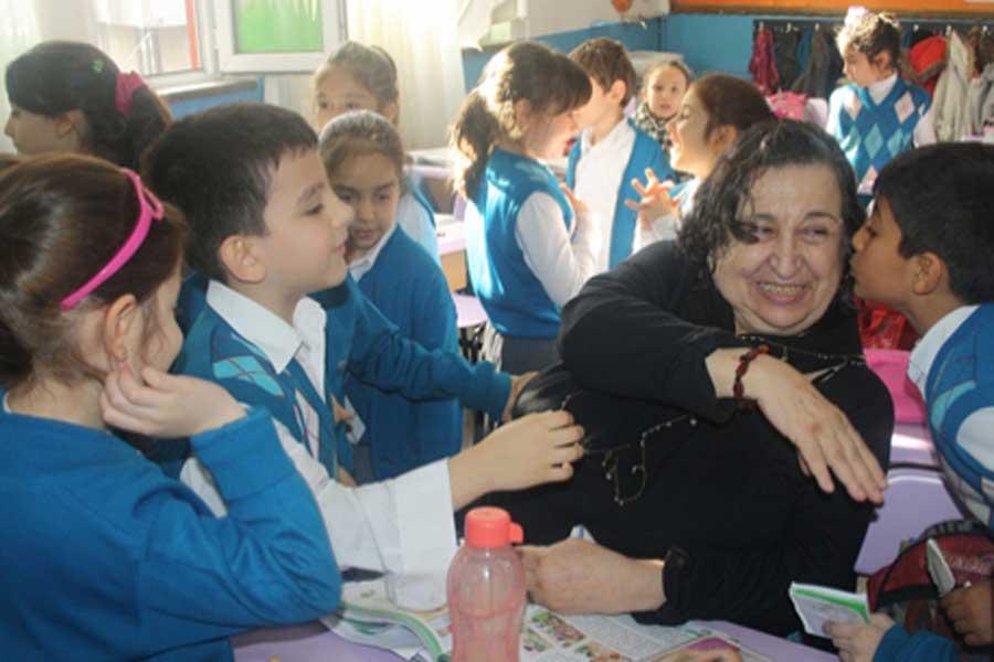 Sennur Sezer ile Adnan Özyalçıner, Devrek Fatih İlkokulunun konuğu olmuştu.