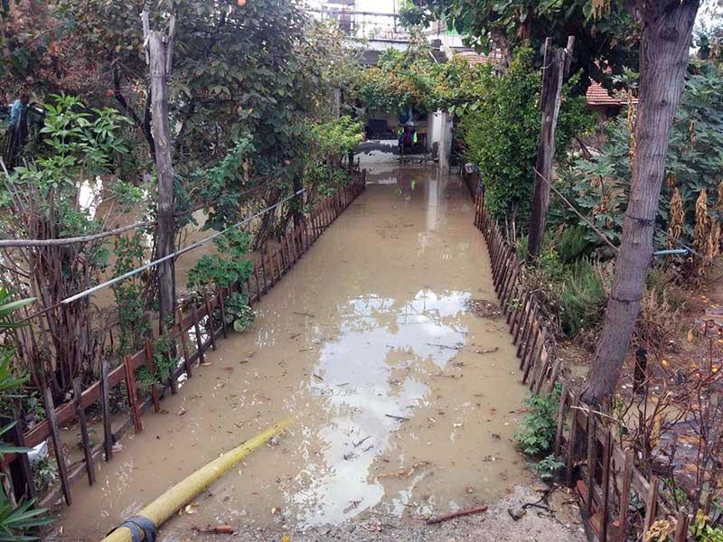 İskenderun'da üzerine dolgu köprü yapılan kanal taştı, Meydan Mahallesi'ni su bastı (Fotoğraf: DHA)