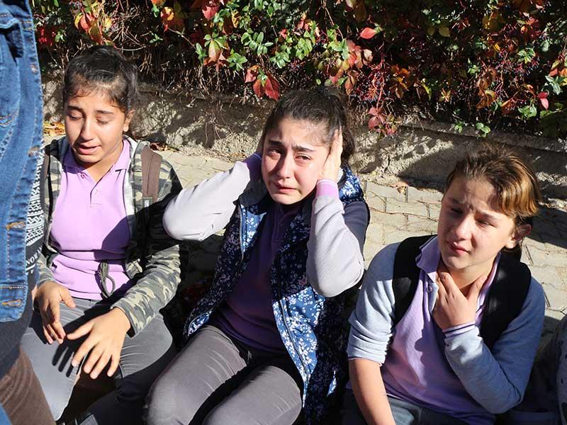 Öğrenciler bahçeye dökülen tuz ruhundan fenalaştı (Fotoğraf: DHA)