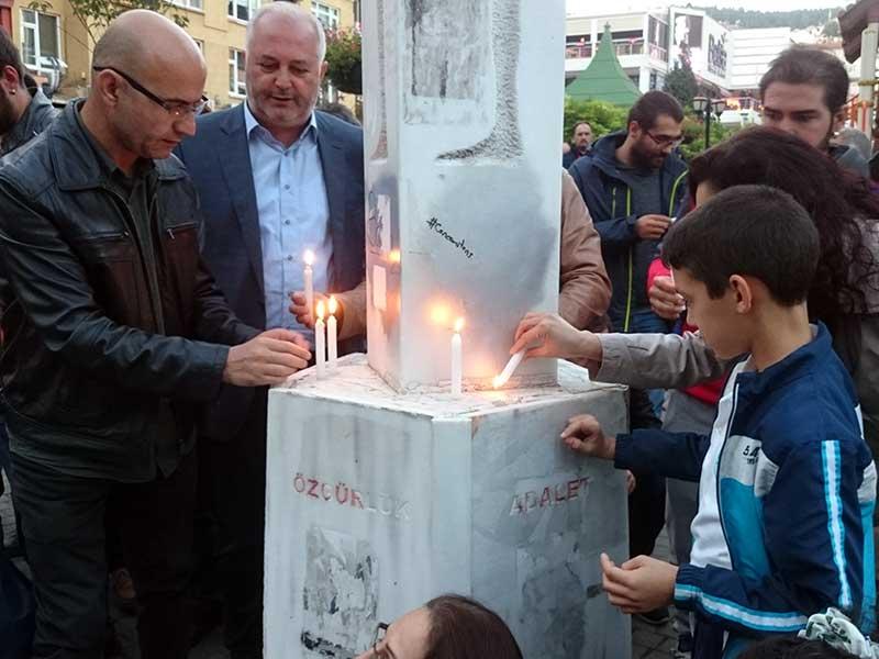 Kocaeli'de gerçekleştirilen 10 Ekim anmasında yaşamını yitirenler için mumlar yakıldı