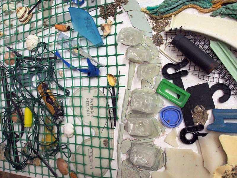 Taylan Köken, Cunda Adası'ndan topladığı çöplerle Medusa tablosu yaptı (Fotoğraf: DHA)