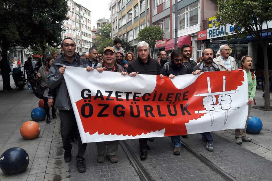 Dışarıdaki Gazeteciler tutuklu meslektaşları için yürüdü (Fotoğraf: Evrensel)