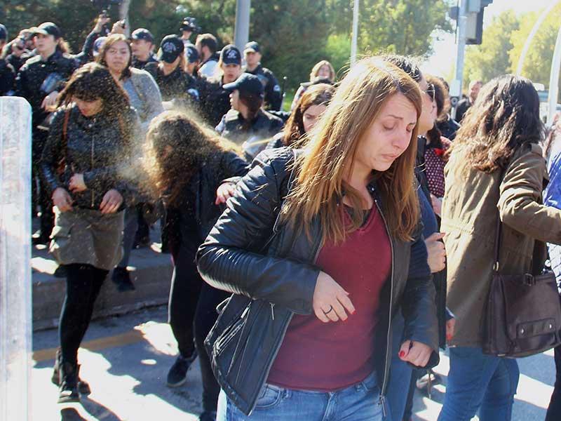 Meclis önünde müftülük yasasına karşı eylem yapan kadınlara polis saldırdı