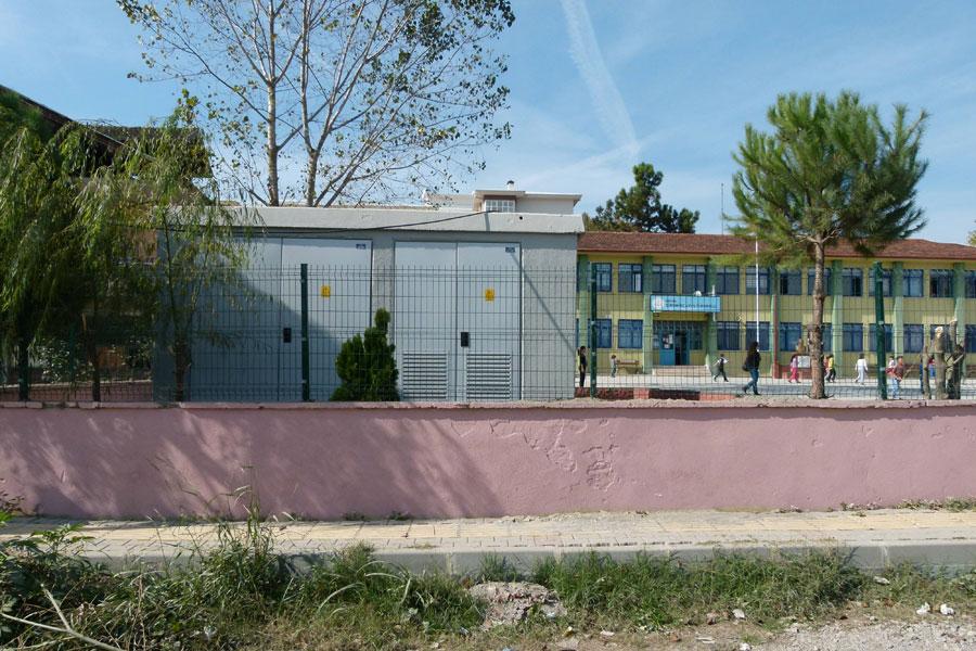 Şiremirçavuş İlkokulu bahçesindeki trafo