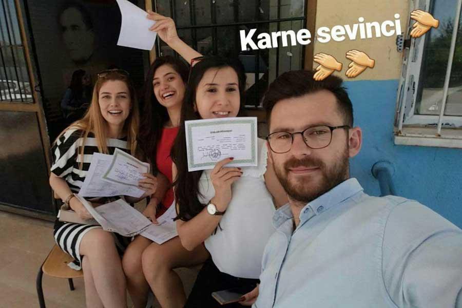 Şenay Aybüke Yalçın(sağ baştan ikinci)