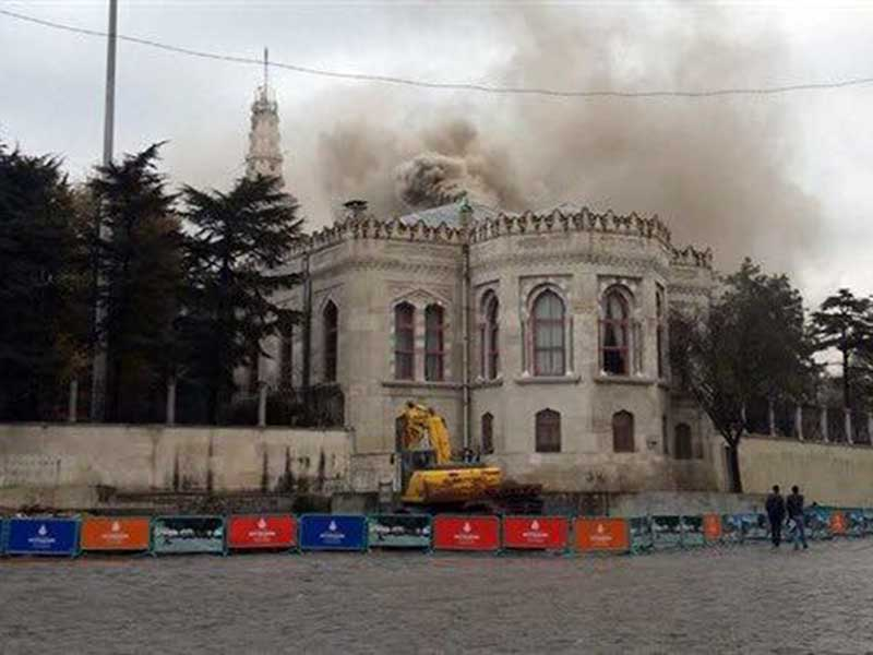 İstanbul Üniversitesi Beyazıt Kampüsünden yükselen dumanlar paniğe sebep oldu (Fotoğraf: EVRENSEL)
