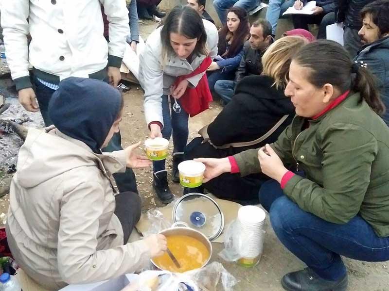 Esenyalı Kadın Dayanışma Derneği üyesi kadınlar, Kluh işçilerine destek ziyaretinde bulundu (Fotoğraf: EVRENSEL)