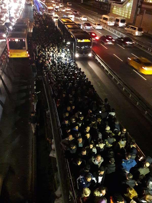 Şirinevler metrobüs durağında yoğunluk (Fotoğraf: EVRENSEL)