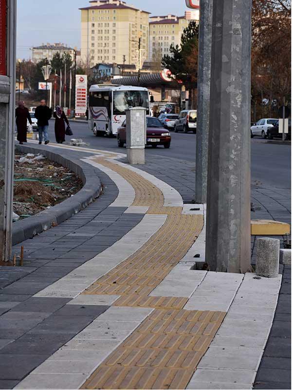 Sivas'ta görme engelliler için kaldırımlara yapılan kılavuz izler (Fotoğraf: DHA)