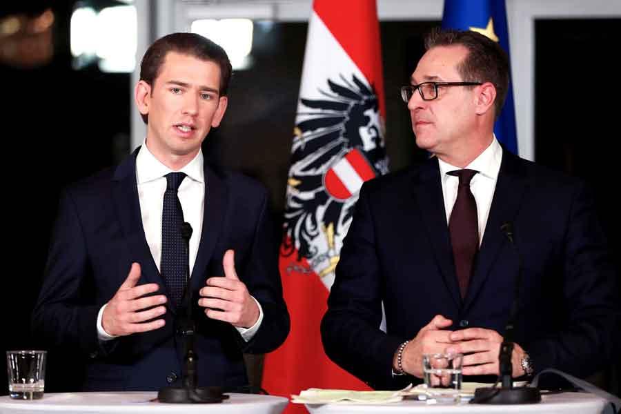 Sebastian Kurz (solda) ve Özgürlük Partisi Lideri Heinz-Christian Strache