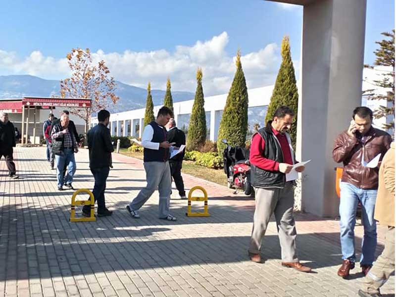 EMEP üyeleri Antalya OSB'de işçilere asgari ücret ile ilgili bildiri dağıttı (Fotoğraf: EVRENSEL)
