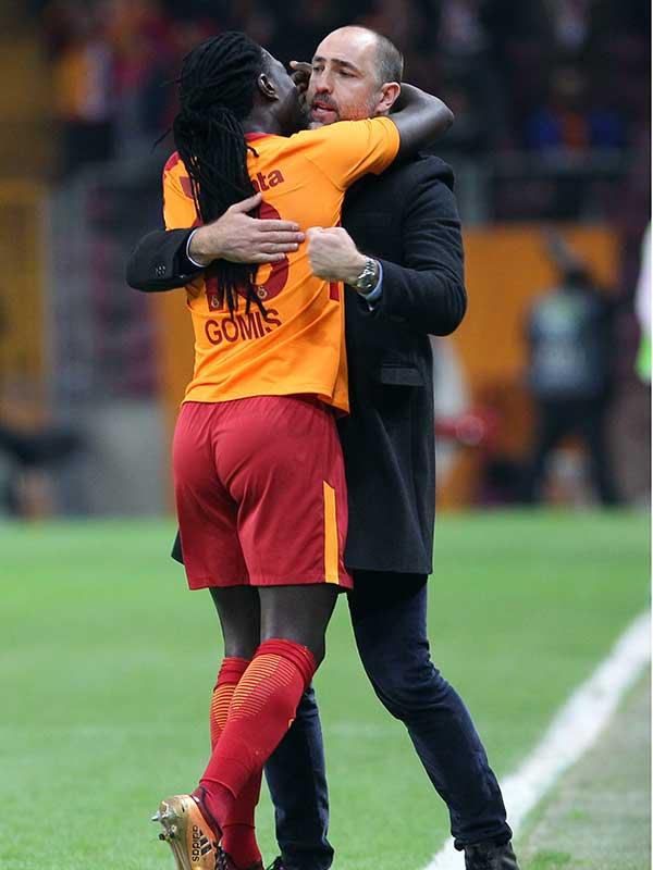 Gomis, Akhisarspor'a attığı gol sonrası eleştirilerin odağı olan Tudor'un yanına koştu (Fotoğraf: DHA)