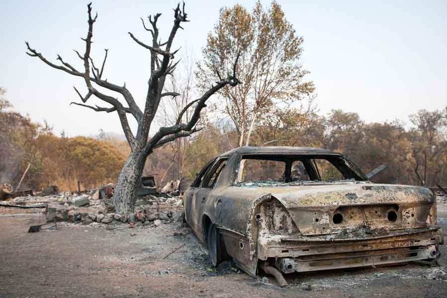 California yangınında yanan bir araba