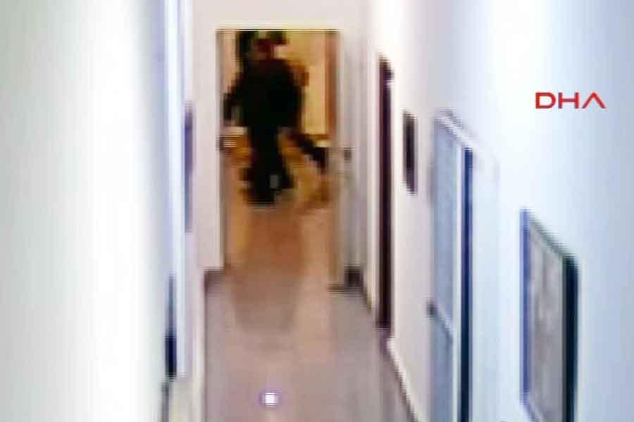 Genelkurmay Başkanı Org. Hulusi Akar, çevresini saran askerlerle birlikte  saat 22:35'te kamera kaydına giriyor.
