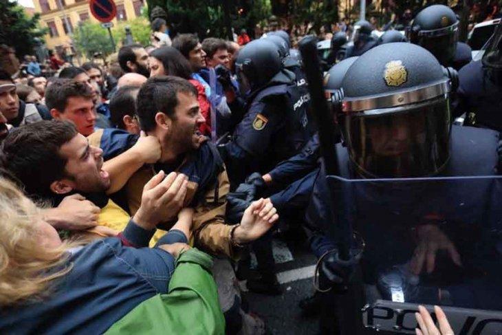 Katalonya'da bağımsızlık referandumuna polis saldırısı