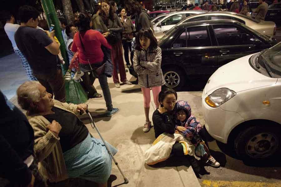 Deprem sonrası başkent Meksiko'da insanlar sokaklara çıktı