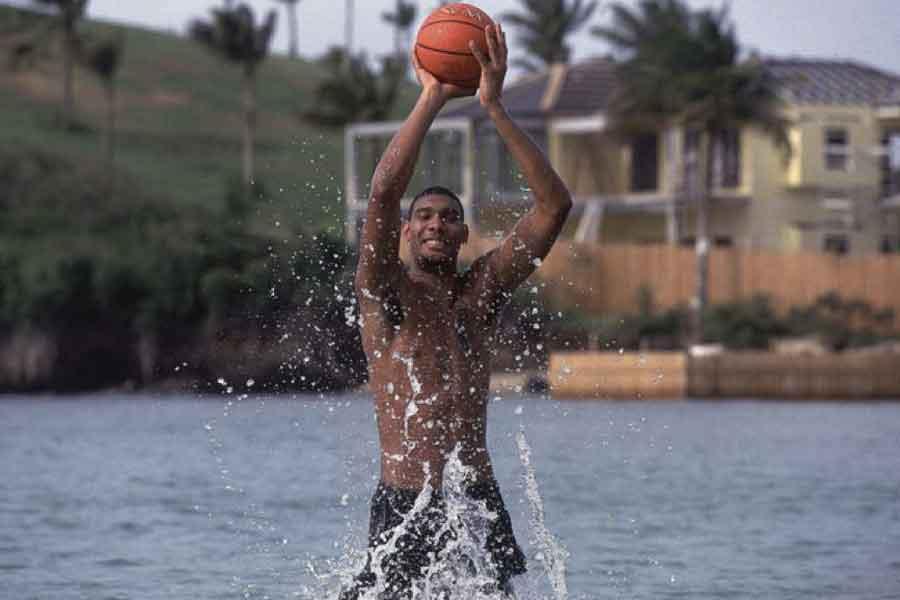 Tim Duncan, Hugo Kasırgası sonrası yüzmeyi bırakıp basketbola başladı.