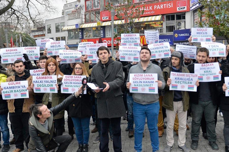 """Photo du rassemblement de la """"Plateforme pour un Parlement fort"""", intiative d'un parti d'opposition turc """"en solidarité"""" avec la Gambie afin de protester contre le projet de réforme constitutionnelle en Turquie (Evrensel)"""