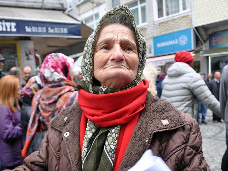 78 yaşındaki Melahat Alişan, Fındıklı'da HES'lere karşı yürütülen mücadelenin simge ismi oldu (Fotoğraf: DHA)
