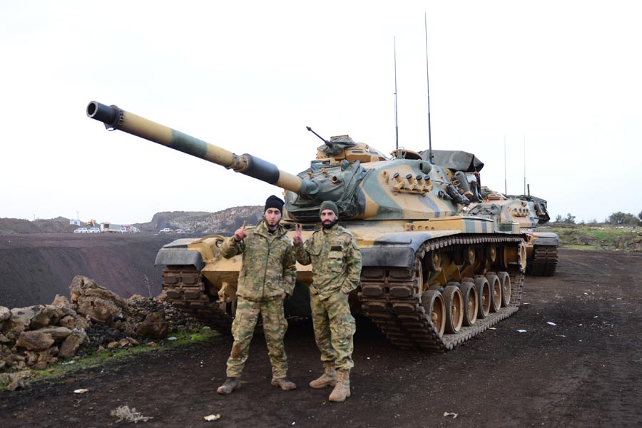 Cihatçılar, TSK'ye ait tankların önünde 'Tevhid' işareti yaparak poz verdi.