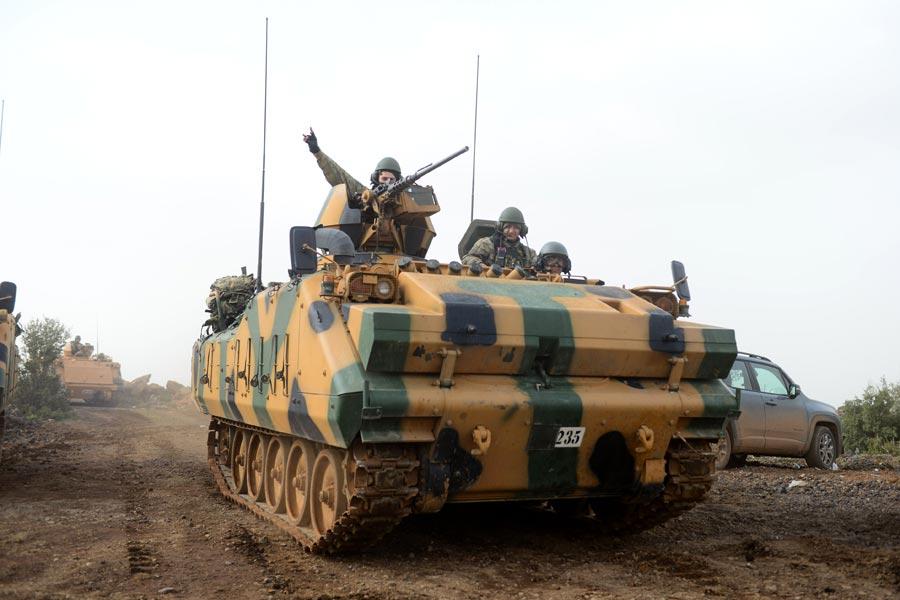Askerlerin tank üzerinde bozkurt selamı verdiği görüldü.