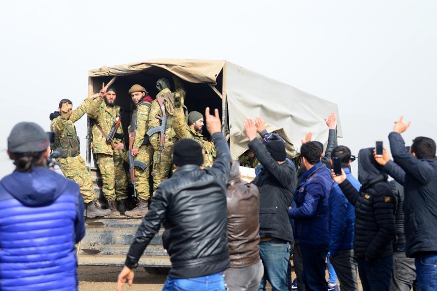 Tevhid işareti yapan cihatçılara vatandaşlar bozkurt işaretiyle karşılık verdi.