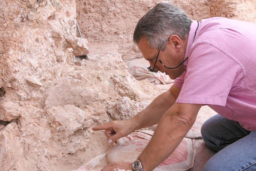 Paleoantropolog Jean-Jacques Hublin, Fas'taki yeni buluntuları inceliyor.