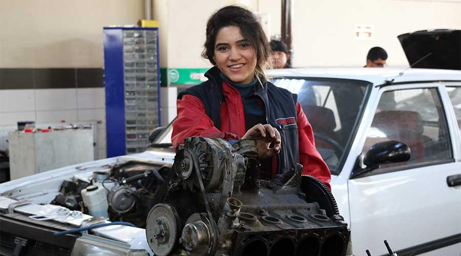 Oto tamircisi kadın